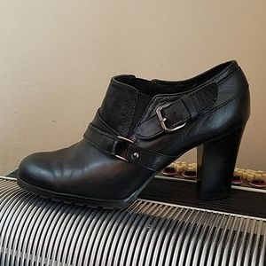 AUDREY BROOKE BLK LEATHER HEELED ANKLE BOOTS